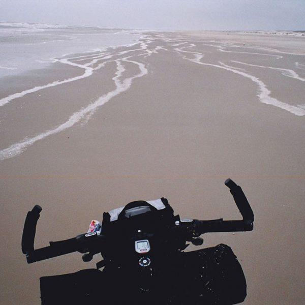 Pedalar sópela maior praia do mundo, a praia do Cassino entre as cidades do Rio Grande e Chuí no extremo sul do Brasil